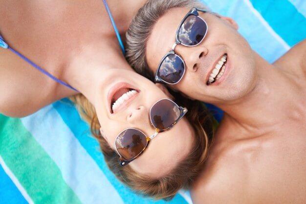 casal sorrindo dicas para noite de núpcias