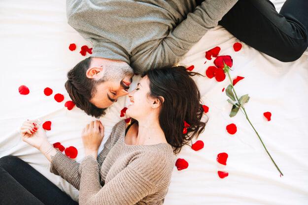 casal na cama com pétalas de rosa grand hyatt