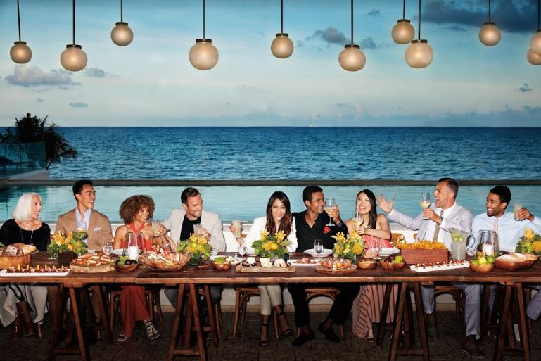pessoas em volta da mesa jantando e comemorando