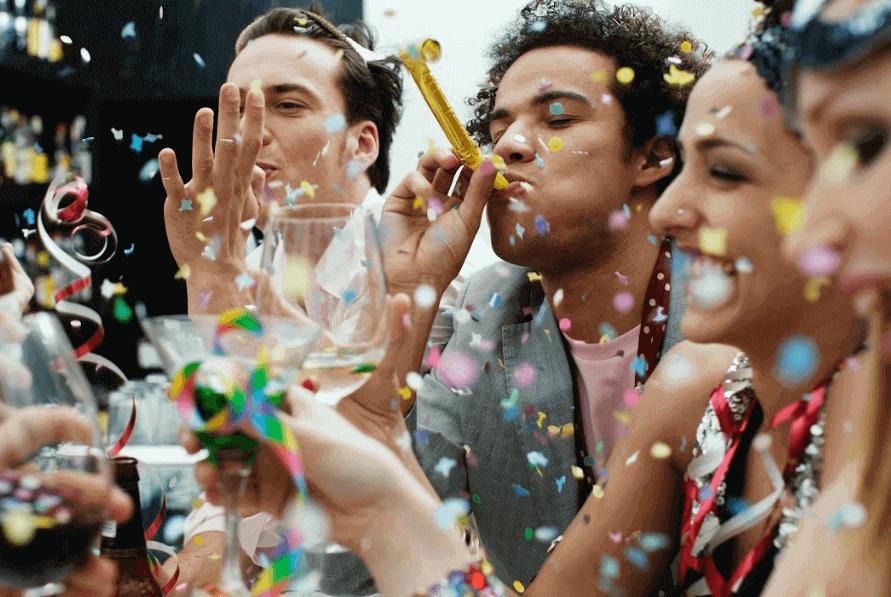 amigos comemorando o carnaval