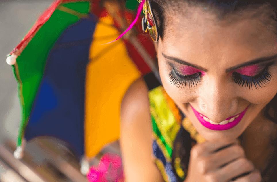 mulher fantasiada para o carnaval com uma sombrinha