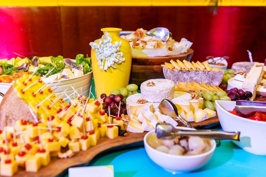 comidas de fim de ano em cima de uma mesa de confraternização