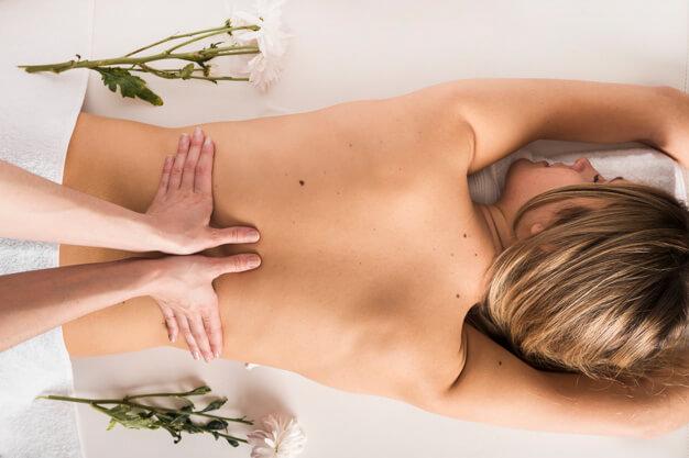 Mulher vista de cima recebendo massagem nas costas