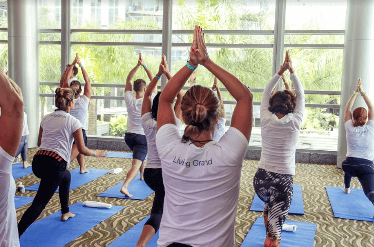 aula de ioga posição com as mãos para o alto