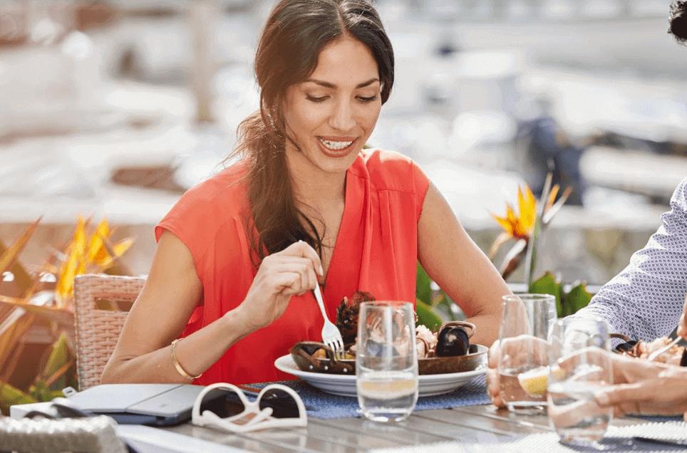 mulher almoçando em hotel