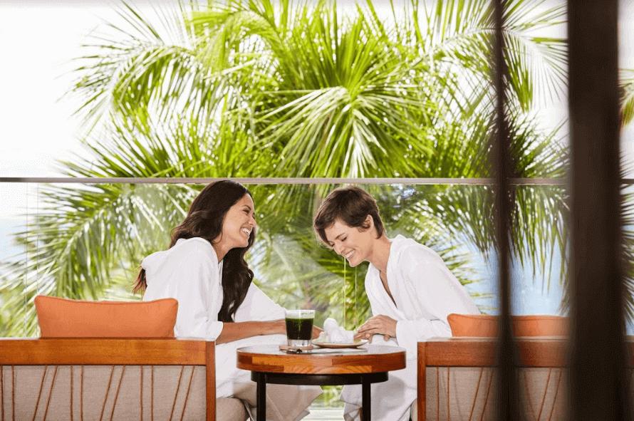 duas mulheres sorrindo e se divertindo em um hotel