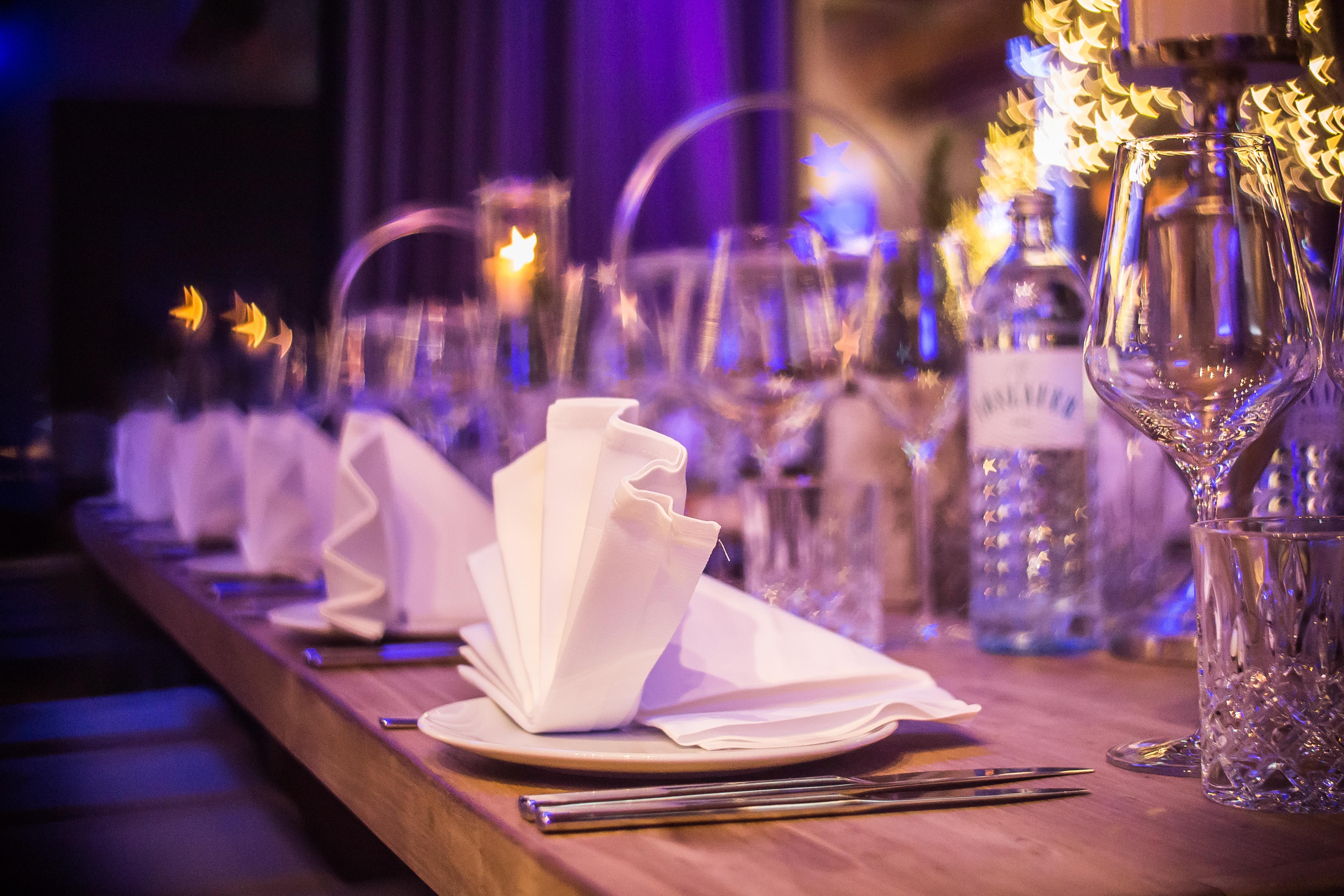 Mesa com copos e guardanapos em festa.