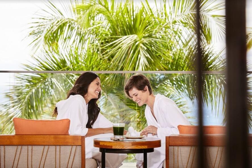 Duas mulheres de roupão sentadas à mesa