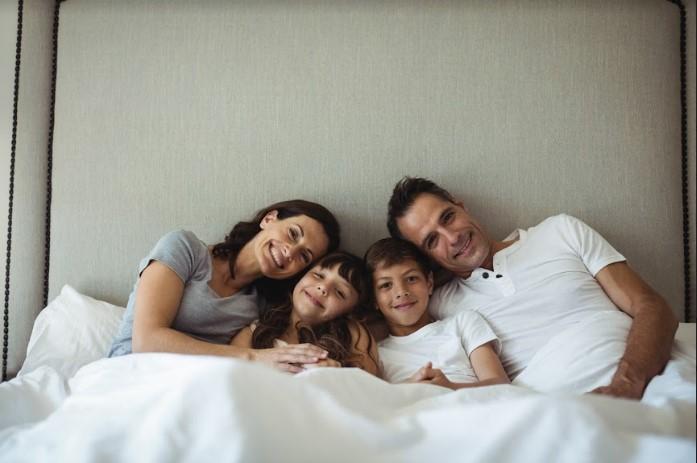 Família sentada na cama