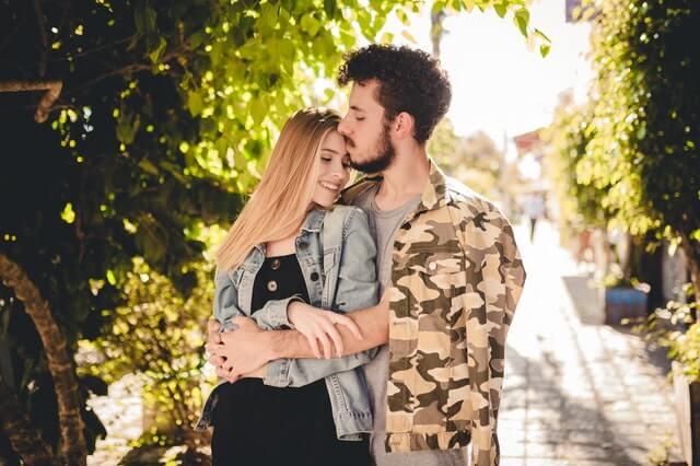 Casal abraçado em ambiente externo