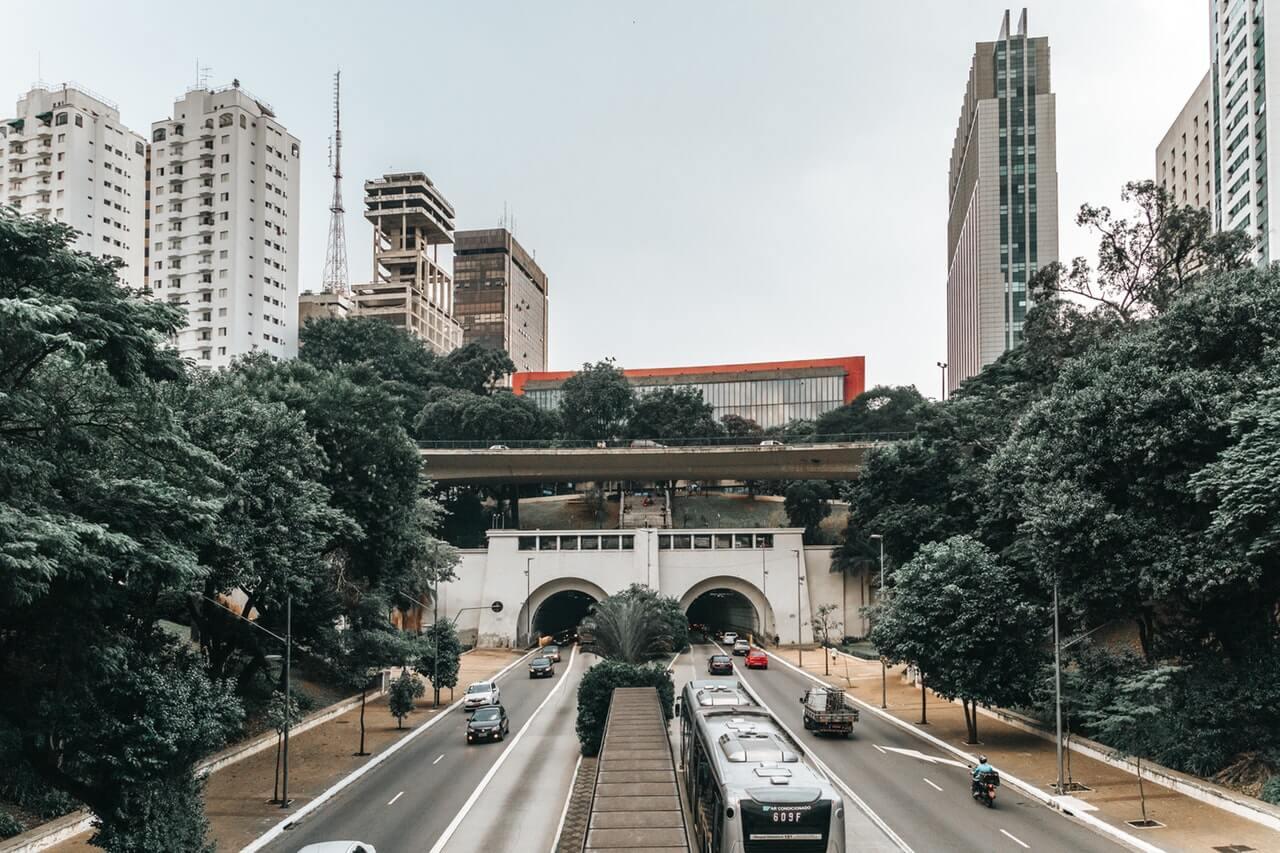 Avenida movimentada na cidade de São Paulo