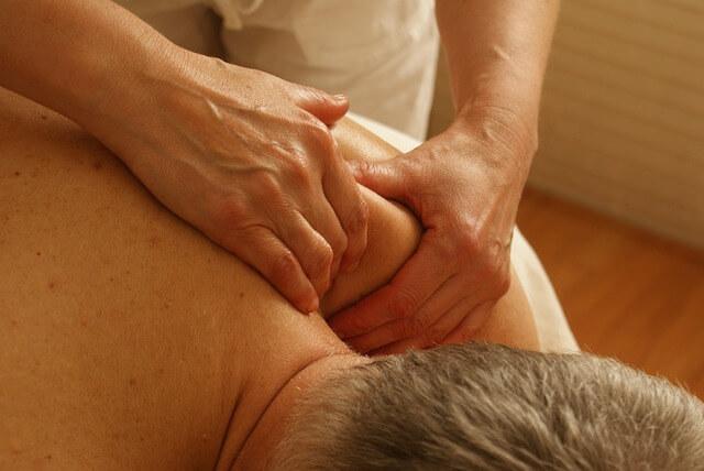 Homem recebendo massagem nas costas