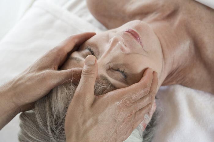 Mulher recebendo massagem no rosto