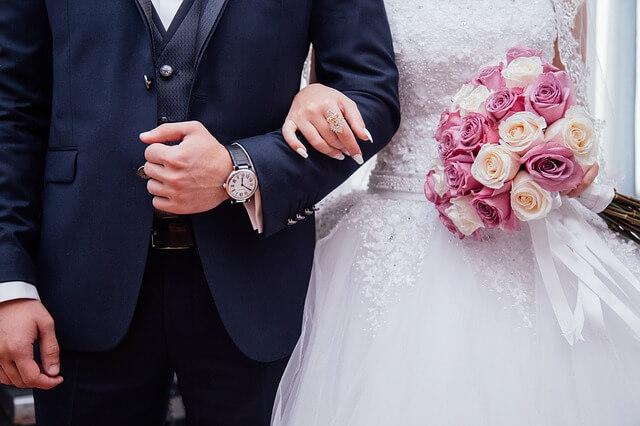 Noivos em cerimônia de casamento antes da noite de núpcias
