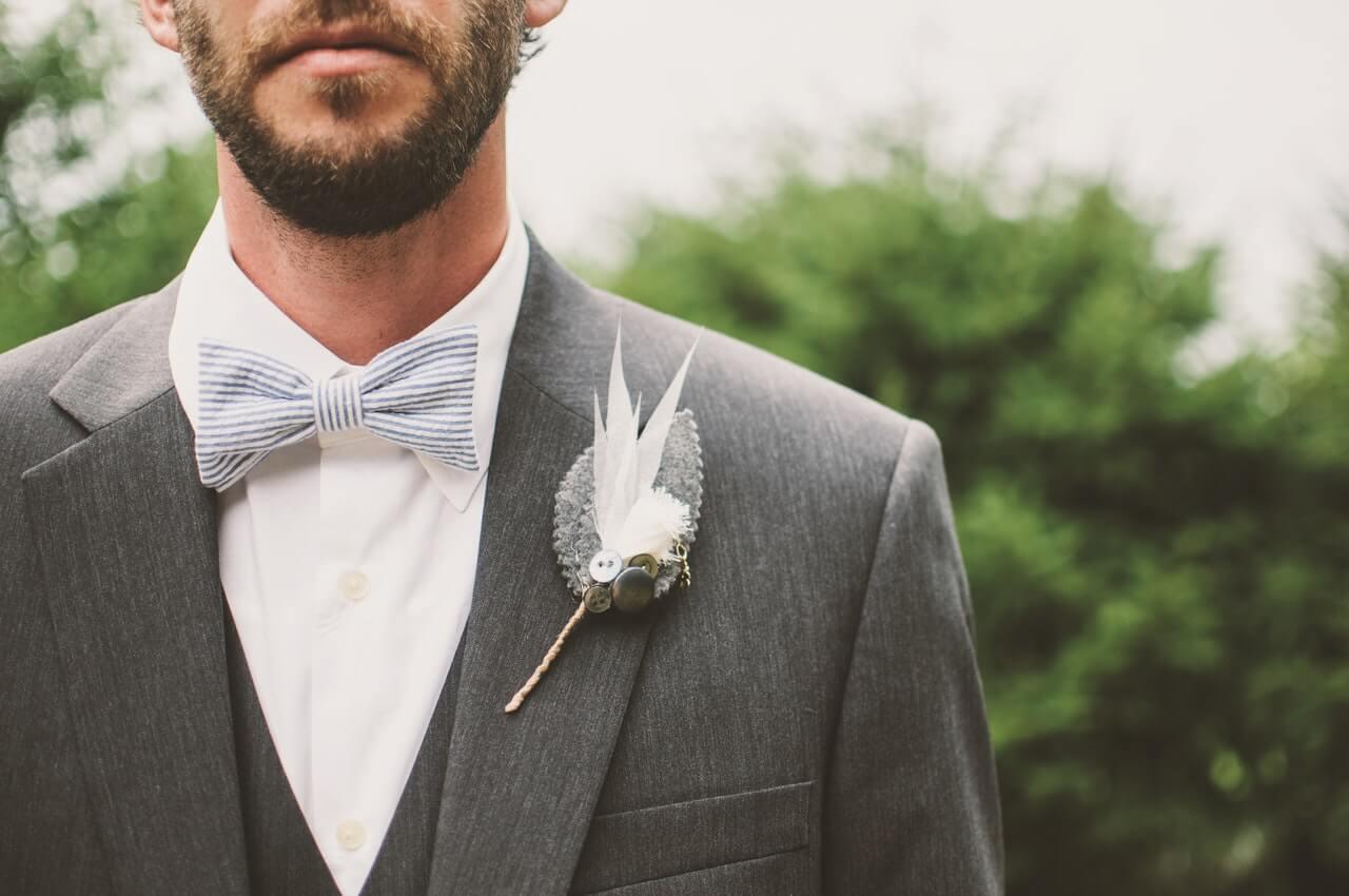 Imagem focada no terno do noivo
