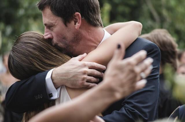 Pai abraçando filha