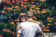 Casal abraçado em jardim
