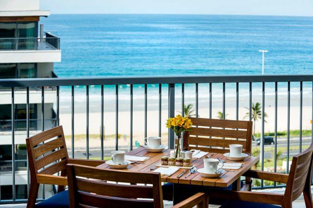 Mesa com vista para a praia do Grand Hyatt