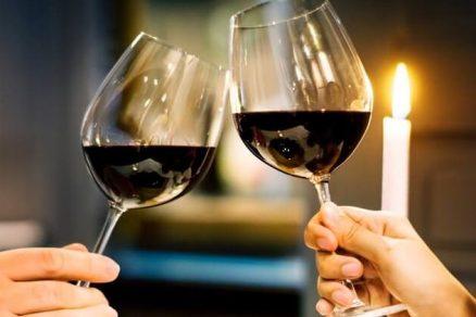 Casal brindando com taça de vinho