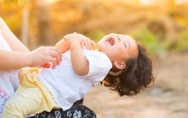 Mãe segurando criança no colo