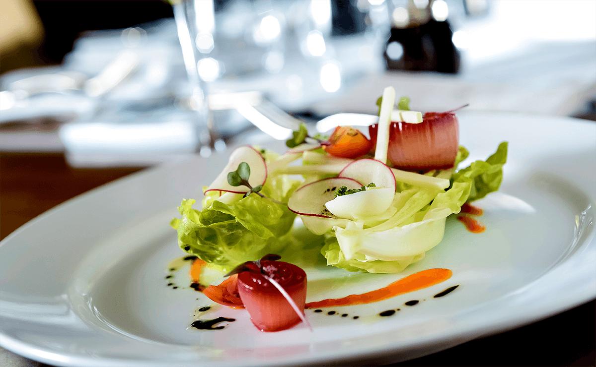 Prato com salada e molhos.