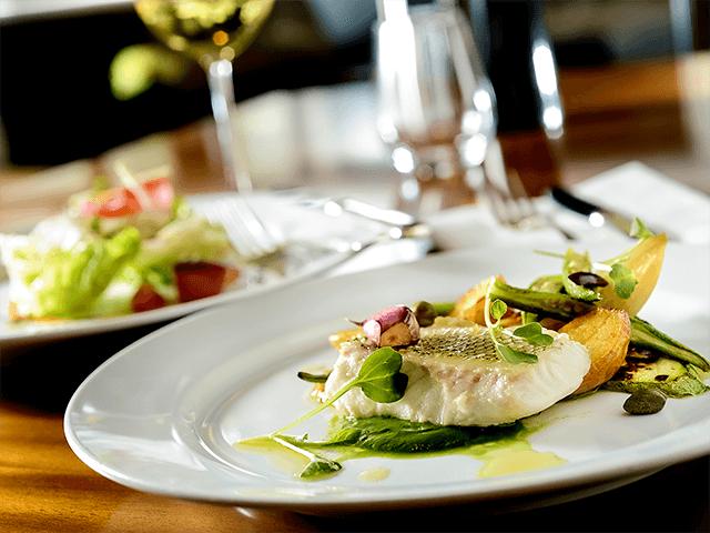 Prato com peixe grelhado e ervas.