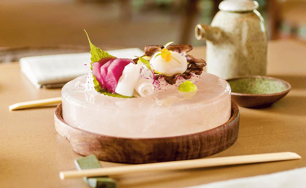 Sashimi sobre pedra de Sal do Himalaya para o