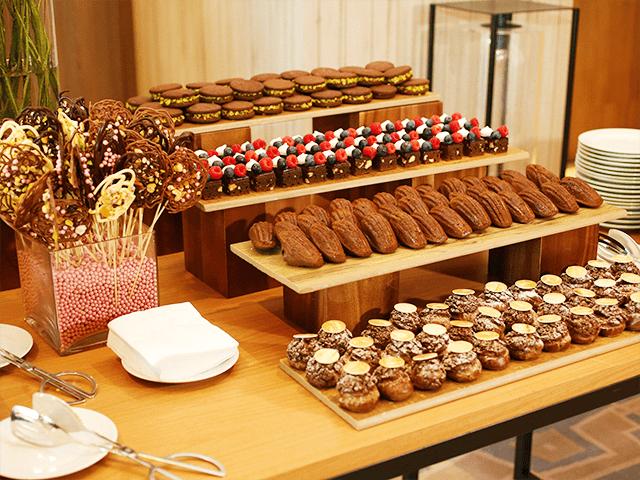 Seleção de sobremesas em evento coquetel