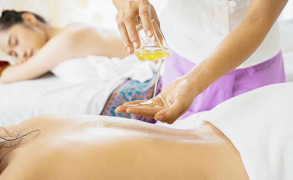 Duas mulheres fazendo massagem Ayurvédica