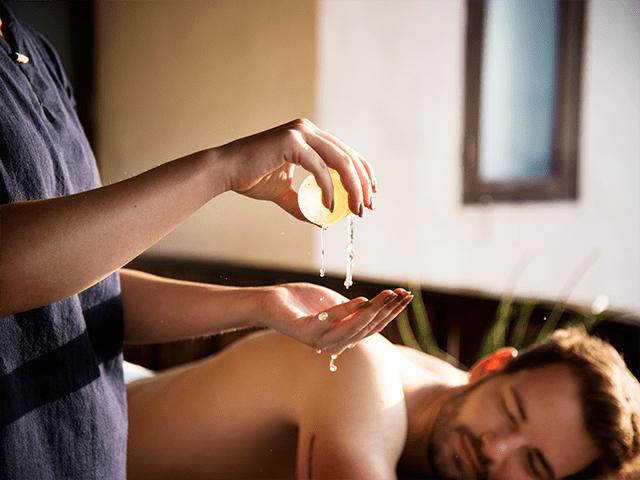 Homem fazendo massagem Ayurvédica